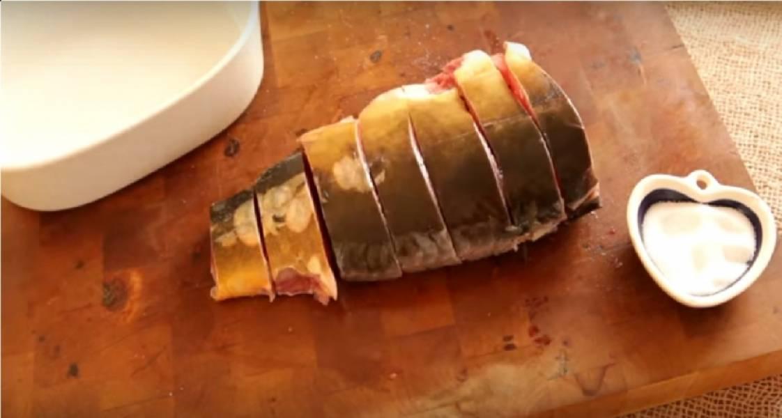 Разрежьте рыбу на стейки. Посолите их и приправьте по вкусу. Затем поставьте карп на ночь в холодильник.