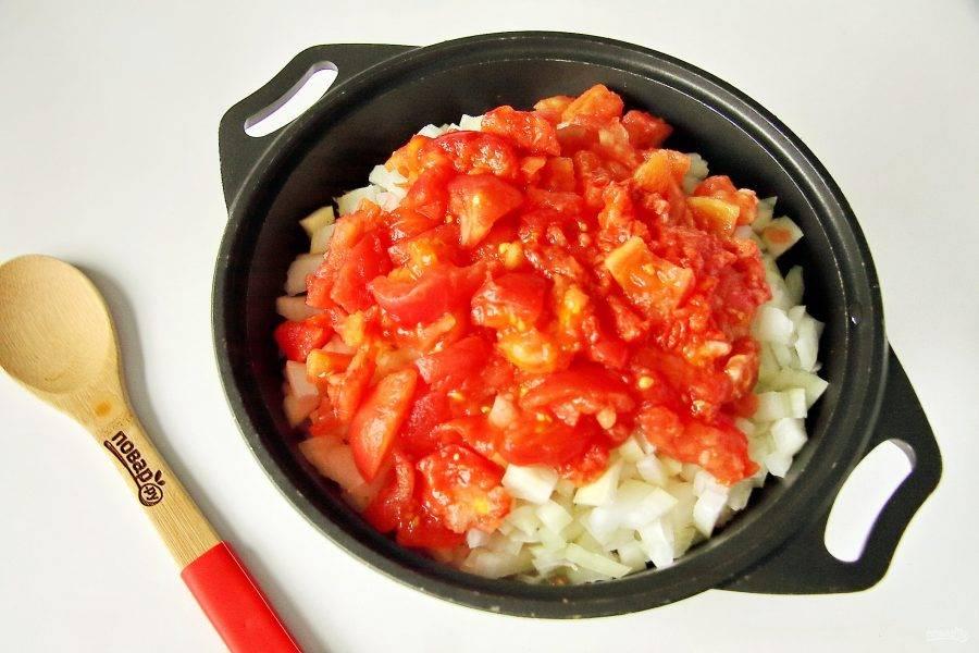 Положите помидоры. Помидоры предварительно ошпарьте кипятком, сделав крестообразные надрезы и снимите шкурку.