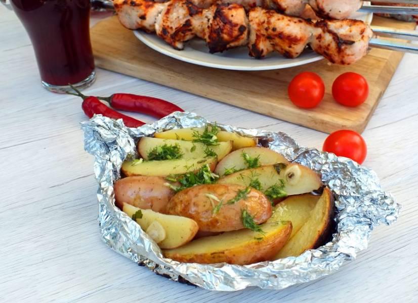 Подавайте картофельный гарнир вместе с шашлыком. Приятного аппетита!