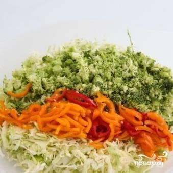 Болгарский перец очищаем от семян и мембран, нарезаем тонкой соломкой и добавляем в салат.