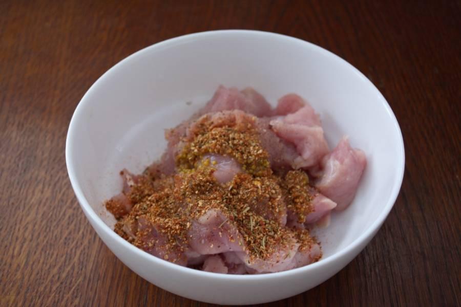 Добавьте соль, горчицу, молотый черный перец, специи к курице-гриль.