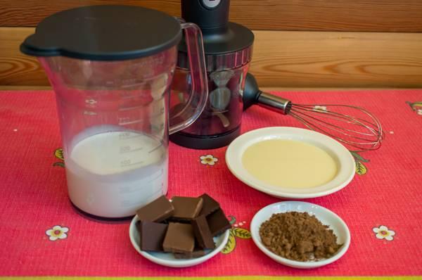 1. Все ингредиенты, кроме какао, должны быть хорошо охлажденными. Сливки возьмите средней жирности.