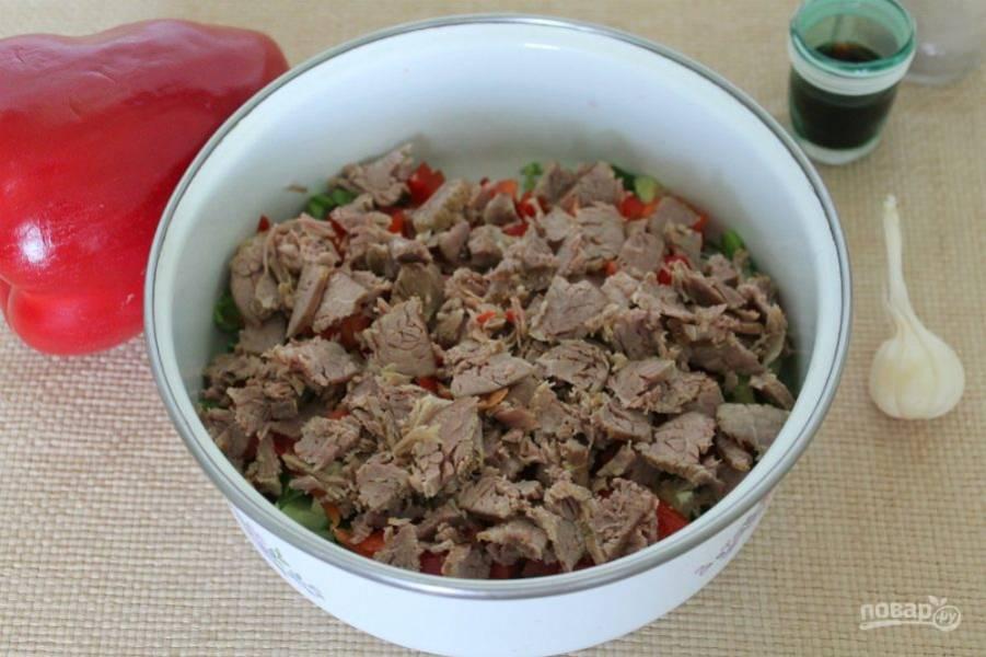 Говядину предварительно отвариваем и остужаем. Готовую говядину нарезаем поперек волокон и добавляем в салат.