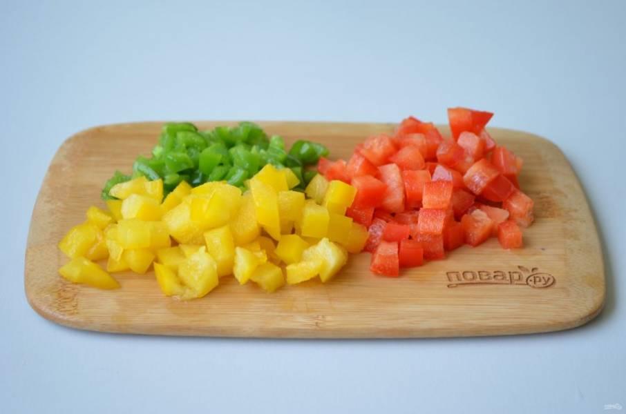 6. Перцы разных цветов порежьте кубиками.