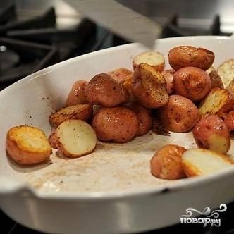 Получившимся соусом заливаем запеченный картофель.