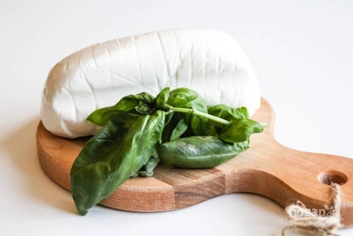 3.Вымойте базилик, отделите листья от веточки. Сыр нарежьте тонкими ломтиками.