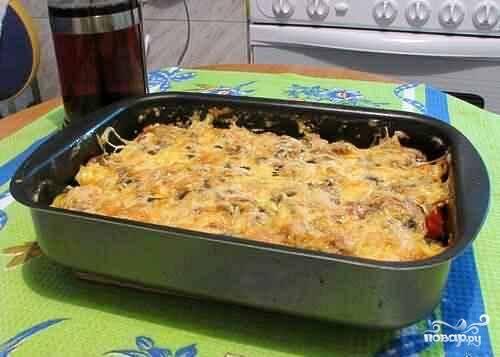 Далее самое важно. Берем посуду для запекания. Первым слоем выкладываем баклажаны, посыпаем сыром, далее грибы, лук, снова сыр, затем баклажаны и снова сыр, помидоры и последний слой сыра смешанного с майонезом. Ставим в разогретую духовку до 200 градусов на 20-30 минут.