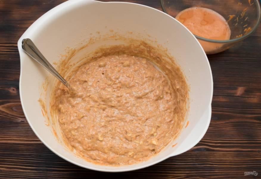 Затем в тесто необходимо ввести морковь. Если она очень сочная, то отожмите лишний сок в миску. Тщательно перемешайте тесто, оно должно быть очень густым. Если влаги все-таки не хватает, то можно добавить пару ложек отжатого морковного сока.