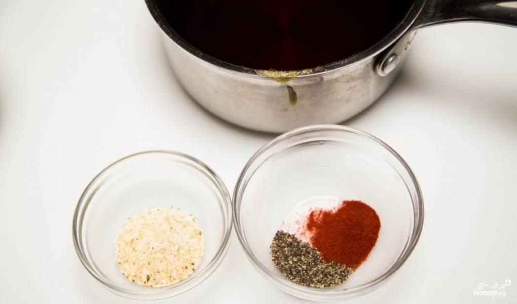 Добавьте воды, хорошо перемешайте до растворения. Карамелизованные ингредиенты станут твёрдыми, но вы старайтесь максимально растворить их в воде. На средней огне это вполне удастся. Затем добавьте все специи.