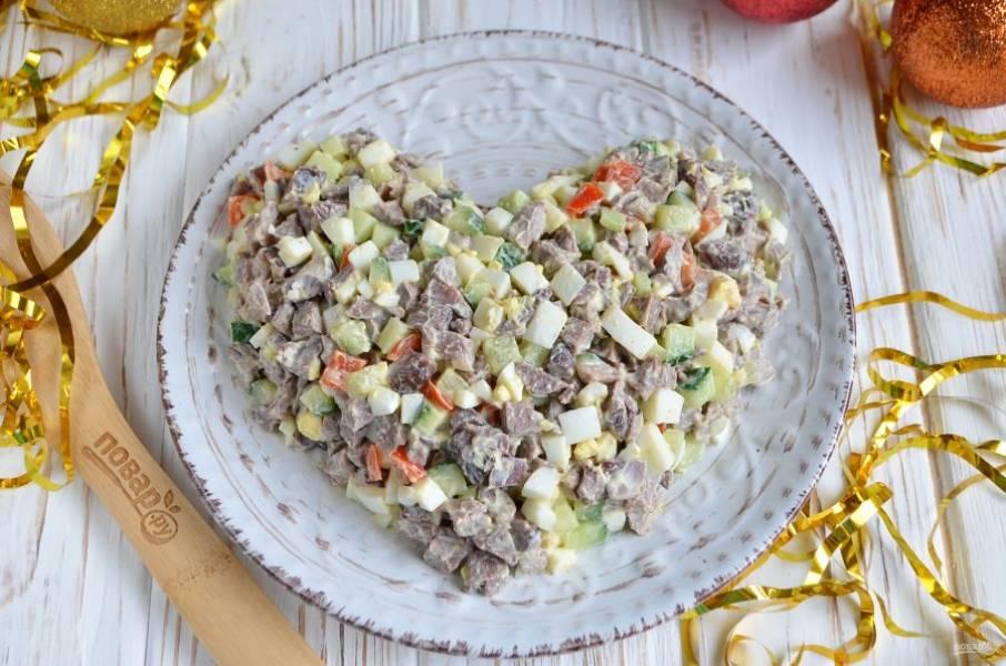 На тарелку выложите салат в виде сердца.
