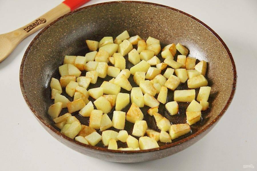 9. На этой же сковороде обжарьте на сильном огне до румяной корочки картофель, нарезанный кубиками.
