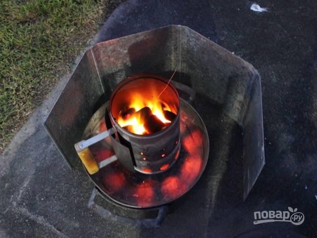 1.Прежде всего разожгите огонь. Вымойте мясо и нарубите его крупно вместе с костями, вымойте и очистите все овощи.