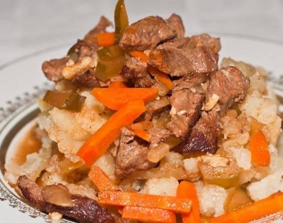 Выкладываем на тарелку обжаренный картофель, сверху кладем мясо и подаем к столу. Приятного аппетита!
