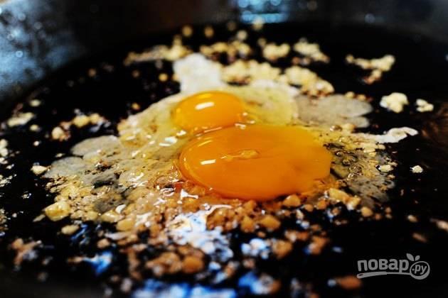 10. Вбейте следом яйца.