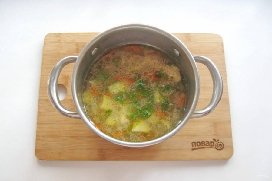 В готовый суп добавьте нарезанный укроп или петрушку. А также выложите мясо индейки без кожи и костей.