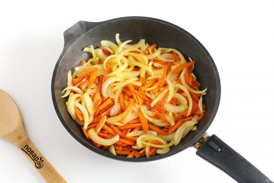 Лук нарежьте перьями, а морковь небольшой соломкой. Обжарьте овощи на сковороде до мягкости.