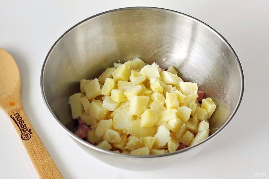 Добавьте нарезанный кубиками картофель.