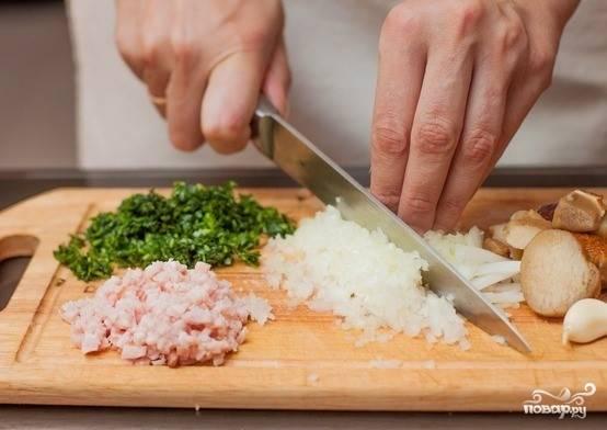1. Перед тем как приготовить баранину на косточке, подготовьте душистое масло. Для этого почистите лук и чеснок. Затем очень мелко нарежьте. Помойте зелень, измельчите её. Помойте грибы, нарежьте их как можно мельче. Порежьте прошутто (можно заменить копченым мясом). В глубокую посуду сложите всю нарезку и добавьте размягченное сливочное масло. Тщательно перемешайте.