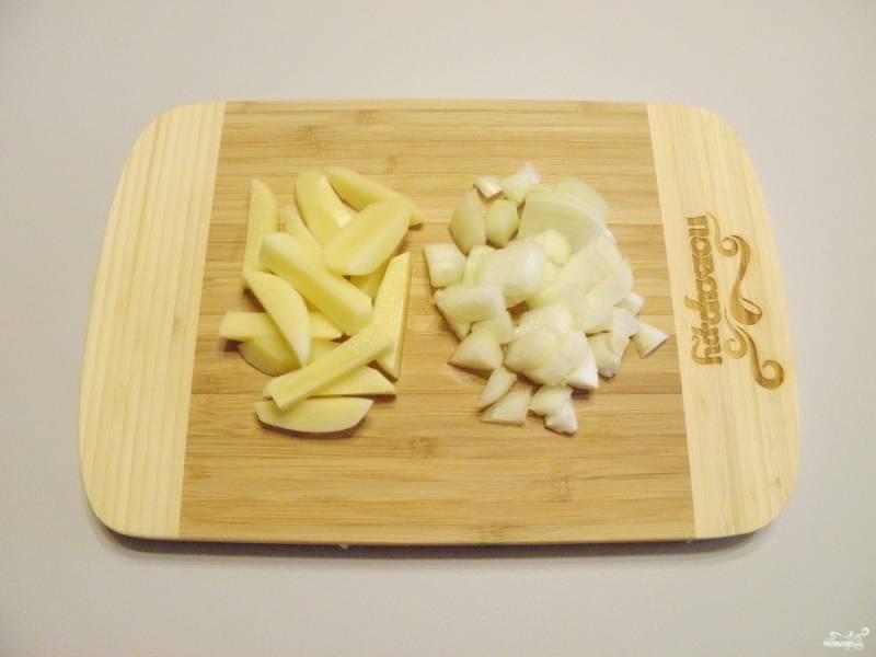 Пока вода закипает, очистите картофель, лук и морковь. У меня морковь замороженная, в предварительной обработке она не нуждается. Порежьте все овощи не слишком крупно.