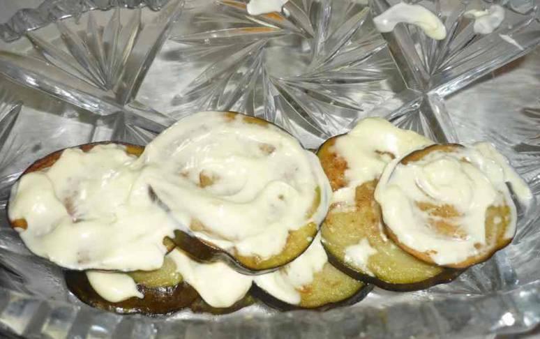 Перекладываем жареные овощи на тарелку и поливаем их смесью майонеза с измельченным чесноком и специями. Приятного аппетита!