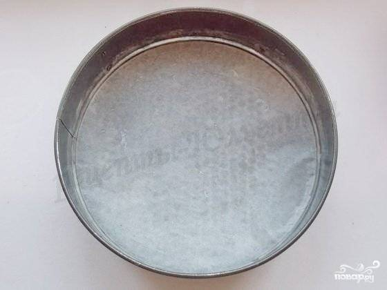 6.Форму для выпечки смазываем маслом или застилаем бумагой для выпечки.