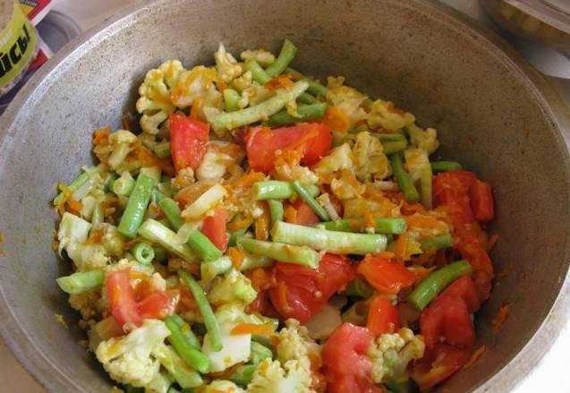 2. Теперь добавим фасоль и помидор. Вливаем немного воды, и на маленьком огне тушим до готовности под крышкой. Специи добавим по вкусу в конце готовки.