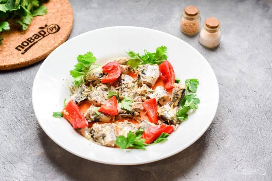 Сладкий перец нарежьте небольшими кусочками и добавьте в тарелку. Вы можете использовать любые овощи по вкусу.