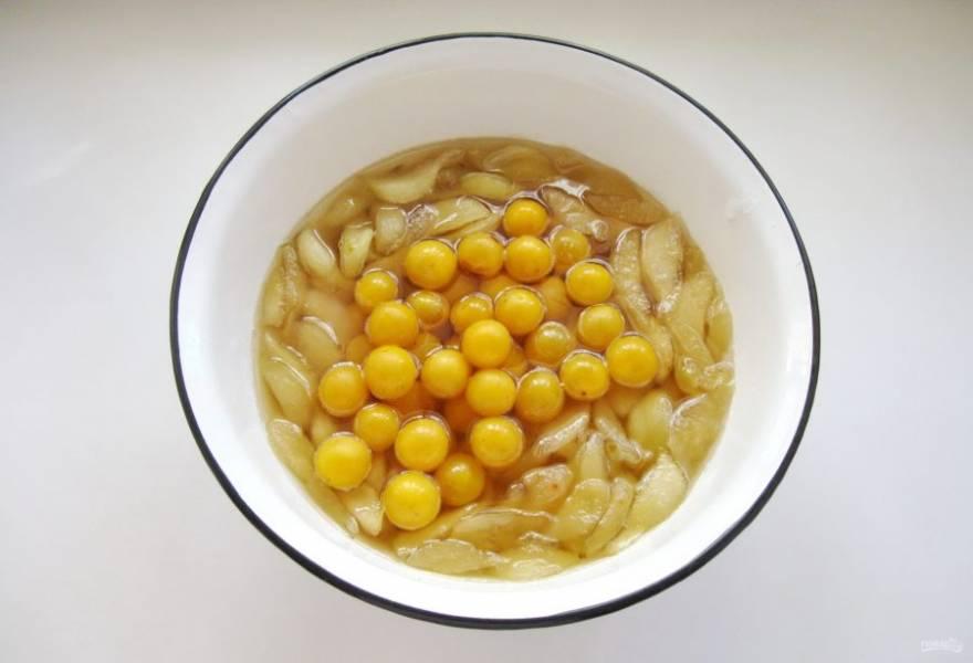 Добавьте алычу в таз с грушей и варите 10-15 минут.