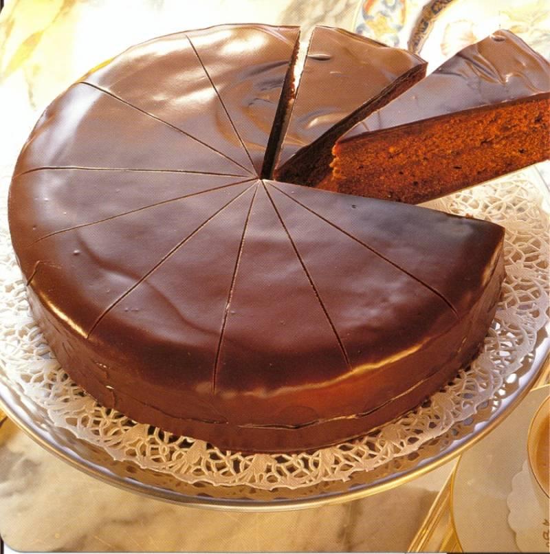 8. Есть изюминка (для любителей джемов) - верх торта перед покрытием его глазурью смазываем джемом. После пропитывания его можно подавать к столу.
