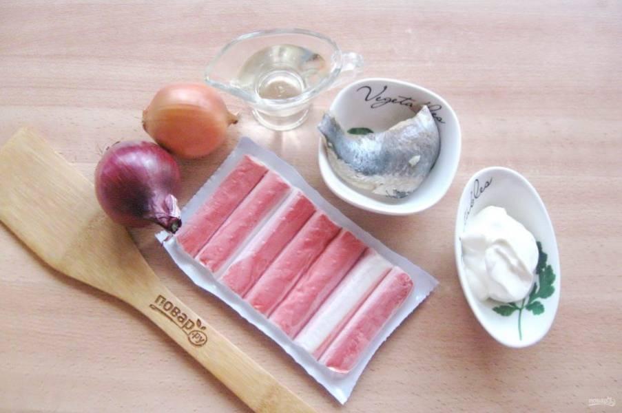 Подготовьте ингредиенты для приготовления мороженого из сельди.