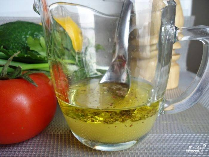 Приготовьте заправку: выдавите сок половинки апельсина, добавьте к нему оливковое масло и специи по вкусу.