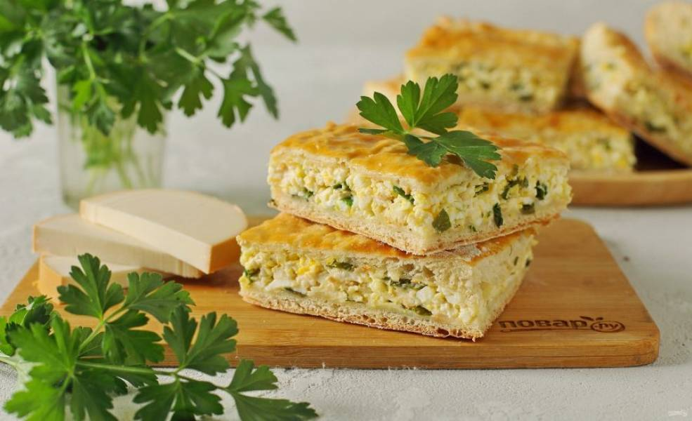 Пирог с копченым сыром готов. Нарежьте его на порции и подайте к столу. Приятного аппетита!