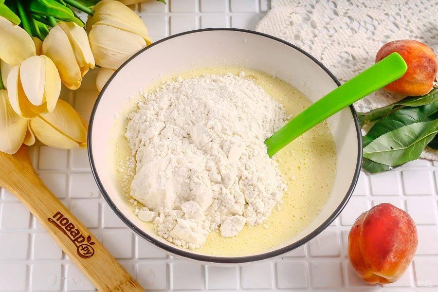 Всыпьте пшеничную муку и замесите песочное тесто.