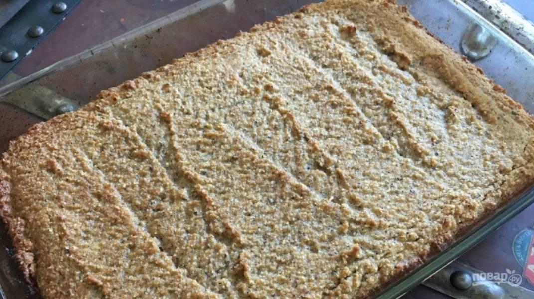 4. Вот так выглядит готовый хлеб. Достанем из духовки и оставим, пока не остынет. После этого его можно уже нарезать и подавать.