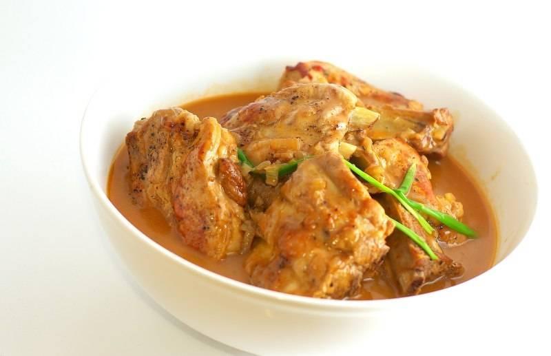 Готовые свиные ребрышки перекладываем в тарелку и поливаем соусом. Приятного аппетита! :)
