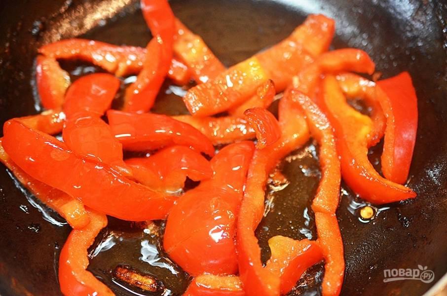 7. Обжарьте перец в этой же сковороде.