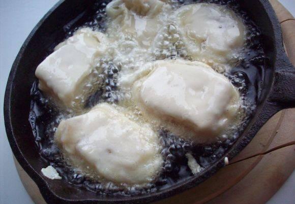Наливаем в сковороду растительное масло и обжариваем на нем рыбу со всех сторон до золотистой корочки.