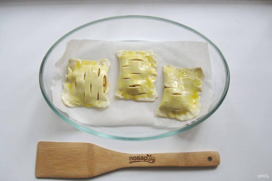11. Смажьте пирожки взбитым венчиком желтком яйца.