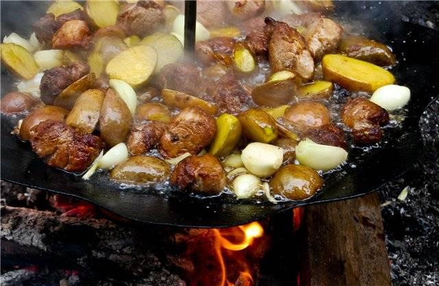 Вслед за картофелем отправляем лук, можно его порезать кольцами, но тогда и добавлять в блюдо его нужно будет немного попозже.