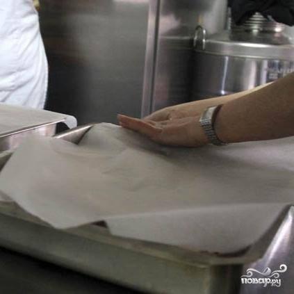 Выжимаем на баранину сок трех лимонов, солим, перчим и перемешиваем. Накрываем противень фольгой и отправляем в печь на 1 час. В печи должно быть примерно 220 градусов.