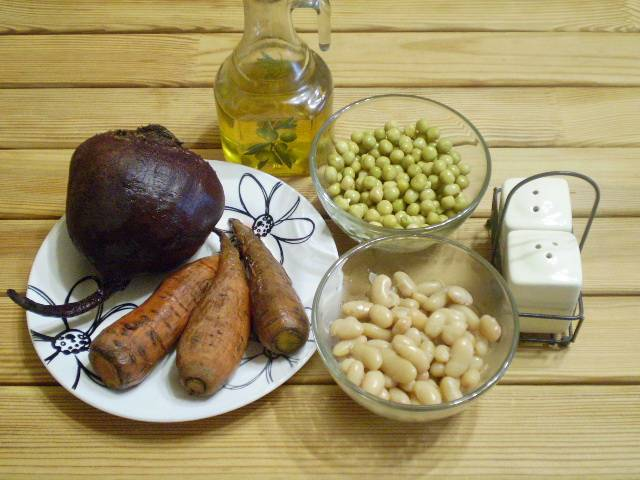 1. Приготовим продукты. Свеклу и морковь заворачиваем в фольгу и запекаем в духовке или на пару доводим до готовности. Фасоль отвариваем.