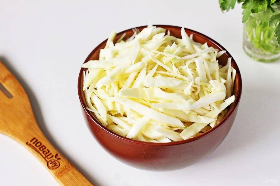 Когда крупа будет готова, добавьте нашинкованную капусту.
