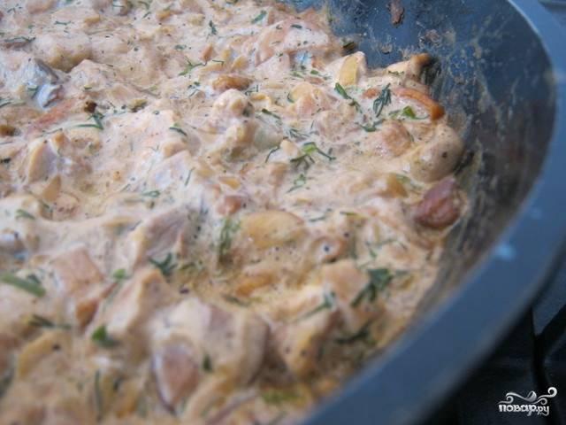 Тушите все на маленьком огне минут 30. Главное, чтобы соус не подгорел.  За 5 минут до окончания готовки добавьте порезанный укропчик.