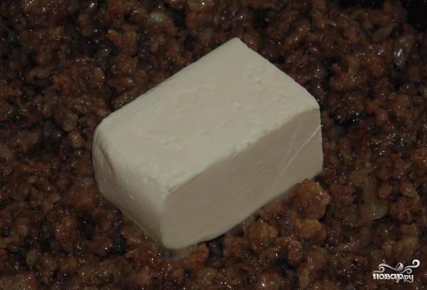 4.Когда фарш будет готов, добавляем соль и перец по вкусу, также кладем кусочек масла.