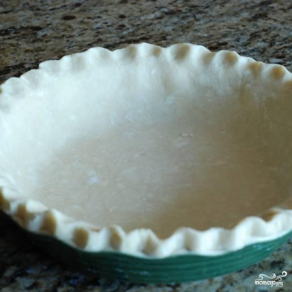 Тесто для пирога распределяем по форме для запекания.