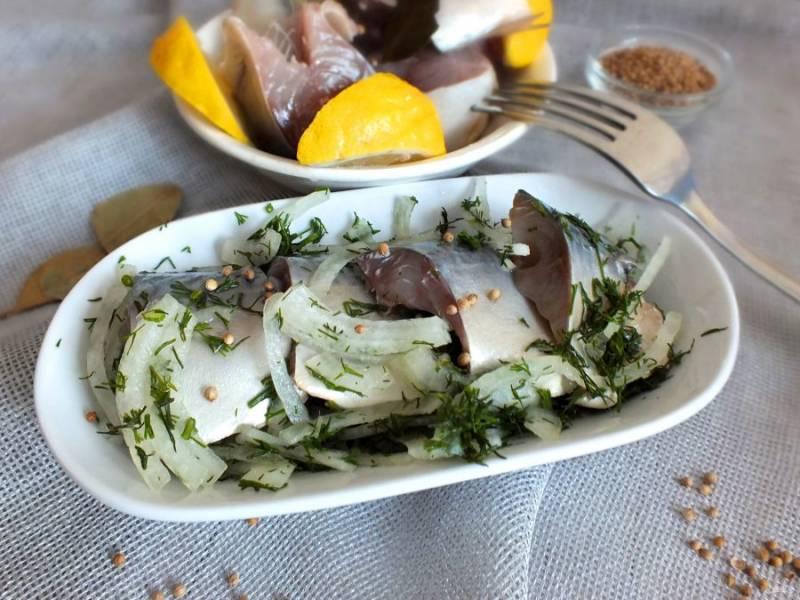 По истечении времени скумбрия готова. Лучше всего ее подавать с луком, зеленью и лимоном. Приятного аппетита!