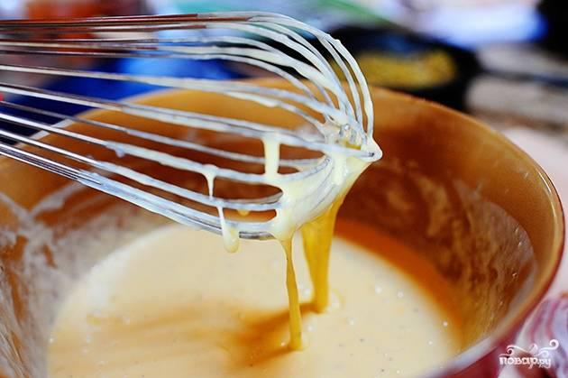 Смешайте 7 яиц, жирные сливки, соль и чёрный молотый перец. Взбейте венчиком и отставьте пока что яичный соус в сторону.