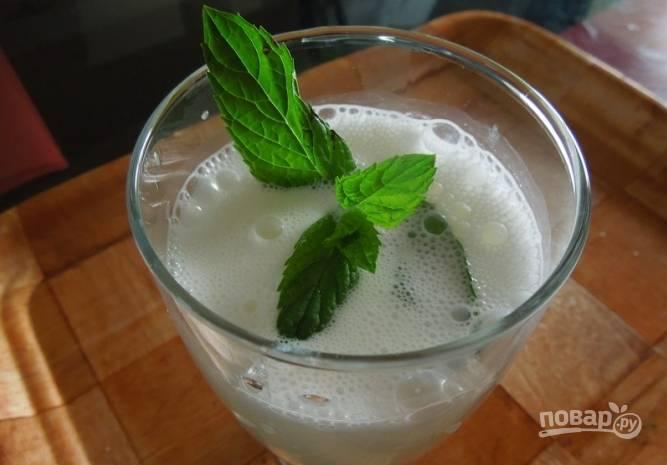 4.Готовый напиток переливаю в стакан и украшаю веточкой мяты, подаю айран сразу, пока на нем есть пенка. Приятного аппетита!