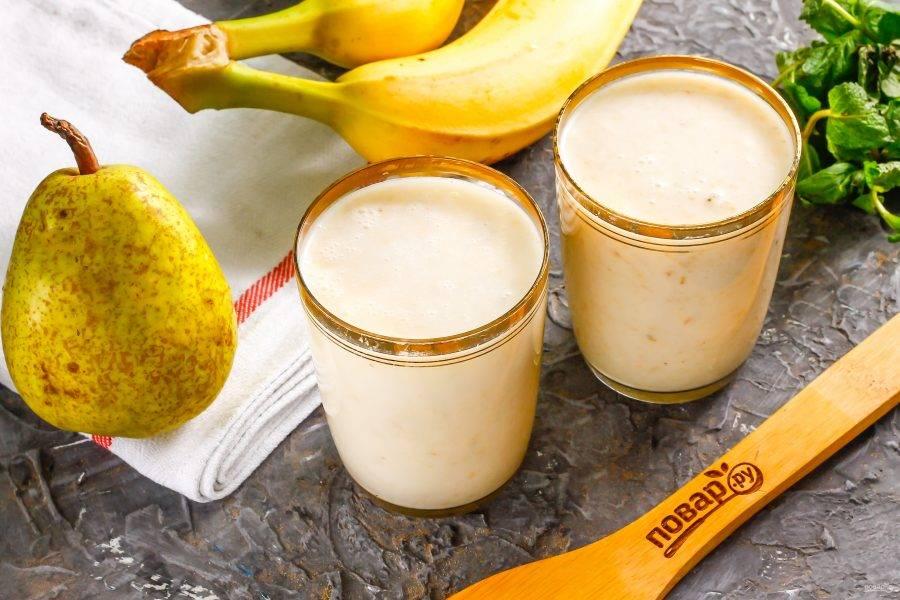 Разлейте приготовленный смузи из банана и груши в стаканы, подайте к столу.