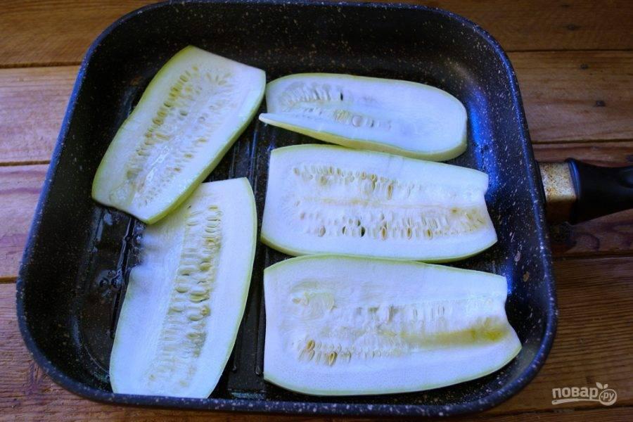 Кабачки посолите с двух сторон по вкусу и обжарьте на гриле. Я использую сковороду гриль. Если у вас нет такой, то возьмите классическую сковороду и при добавлении небольшого количества растительного масла, обжарьте кабачки с двух сторон.